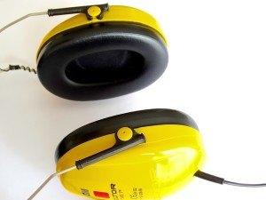 Laute Benzinrasenmäher erfordern Gehörschutz