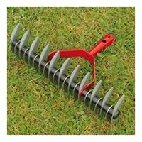 11 angeschliffene Lüftermesser zum Belüften des Rasens; 21 Rechenmesser zum Entfernen von Grünschnitt und Laub.
