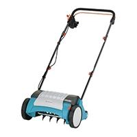 Mit dem GARDENA Elektro-Vertikutierer EVC 1000 entfernen Sie nachhaltig Moos, Rasenfilz und Unkraut auf Rasenflächen bis ca. 600 m² und Sie verbessern die Luft-, Wasser- und Nährstoffaufnahme des Rasens entscheidend.